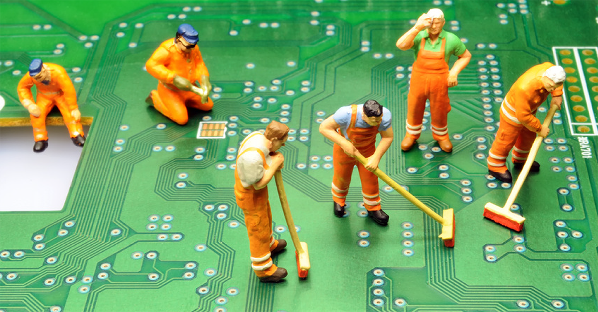 Featured image of people cleaning motherboard on Datek article
